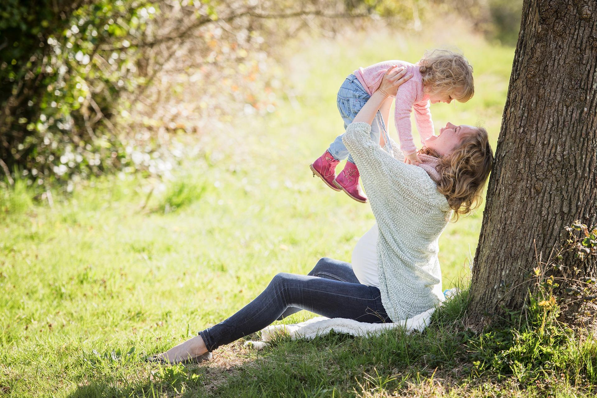 baby-mother-park-enjoy
