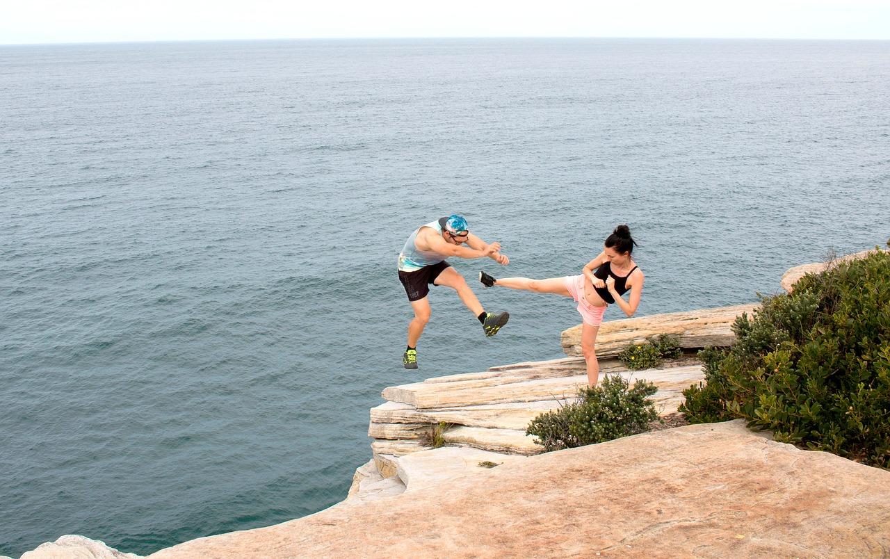 woman-kick-to-man