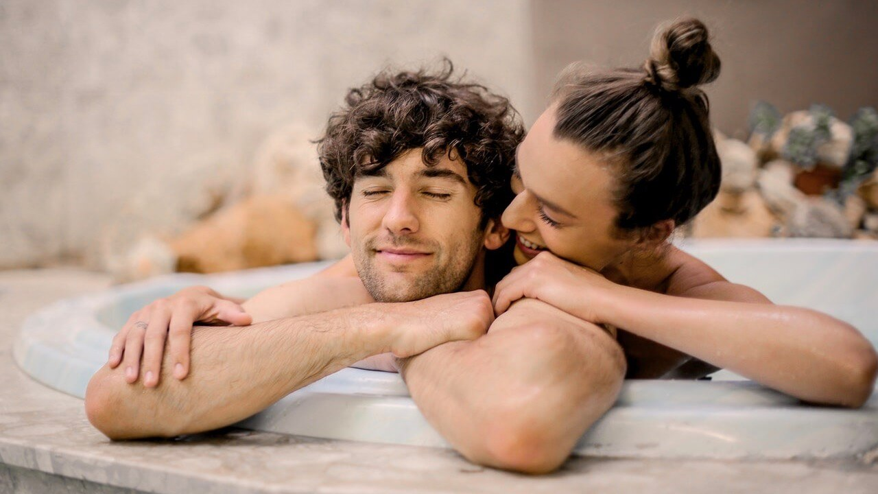 married-couple-relaxing-in-the-bath