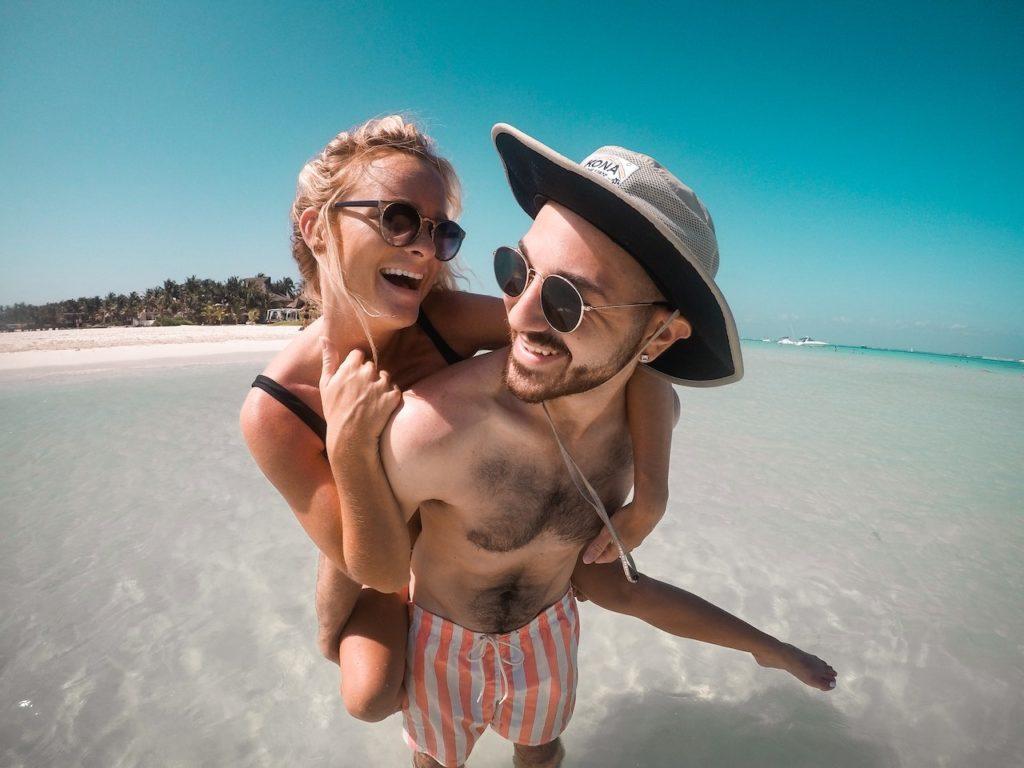 couple-enjoy-beach