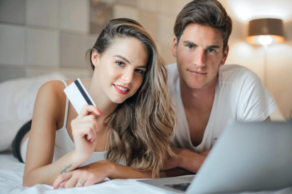 couple-with-credit-card